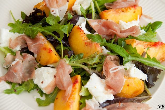 Carolines blog: Gemengde salade met mozzarella, munt, perzik en prosciutto