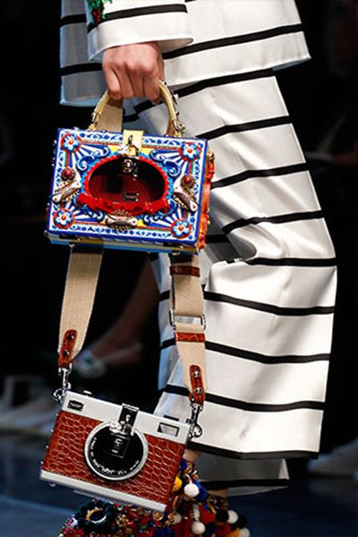 The main theme of #bag and #shoe designs in Dolce & Gabbana's Spring Summer 2016 Fashion Show was the harmony of flowers and mixed colors. #inspiration #fashion #moda #modahaberleri #trends #design #dolcegabbana #fashionshow #accessories #ss2016