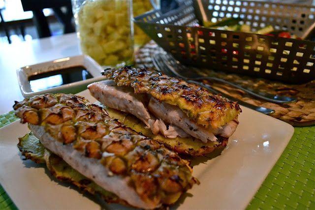 Delicioso e diferente peixe assado com as cascas do abacaxi , poder ser feito na grelha da churrasqueira