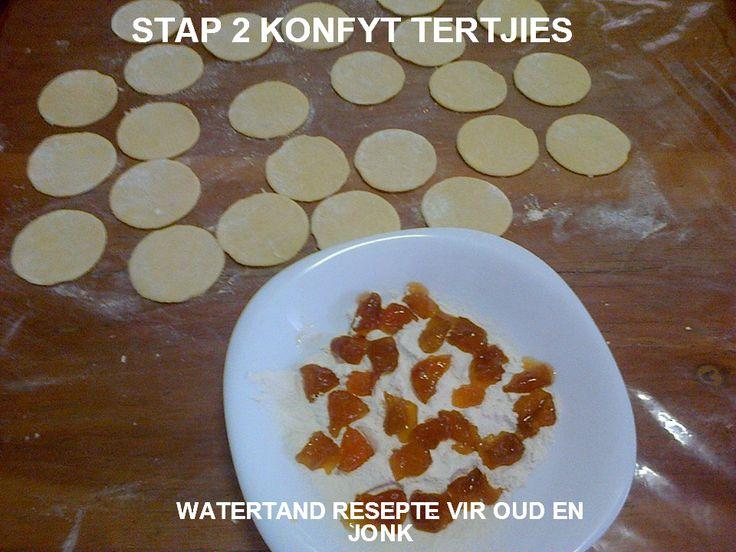 APPELTERTJIES APPELTERTJIES (24 tertjies) 220ml Margarien 500ml suiker 6 eiers 100ml melk 500ml koekmeelblom 10ml bakpoeier 2ml sout 1 groot blik appels Sous 200ml cremora melkpoeier 400ml kookwater...