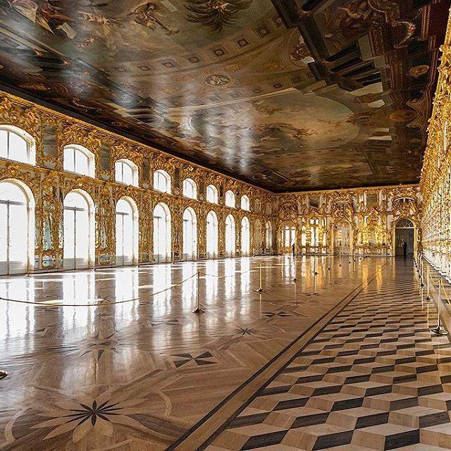 Большой зал  Екатерининского дворца был главным парадным залом. #Растрелли называл его ещё «Большая галерея», позднее его стали именовать «Светлой галереей», «Тронным залом».☝🏻 При входе в этот зал всех поражали его размеры, он казался безграничным. Растрелли применил здесь свой любимый приём иллюзорного увеличения пространства — широкое использование зеркал и живописи. Казалось, что в этом зале нет стен. Ширина зала соответствует ширине дворца. Длина зала определялась длиной прежней…