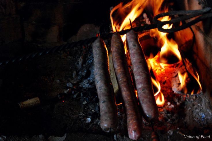 Gourmet sausages on an open fire www.unionoffood.com best idea for summer! Glamping, mökille, cabin, saaristoon
