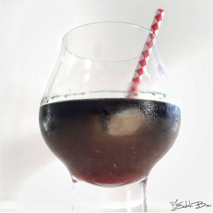 Black Smoke portakal suyu, portakallı gazoz, kırmızı votka, siyah votka, siyah absinthe #mixology #drink #mixologist #içki #votka #vodka #absinthe #cocktail #kokteyl #tarif