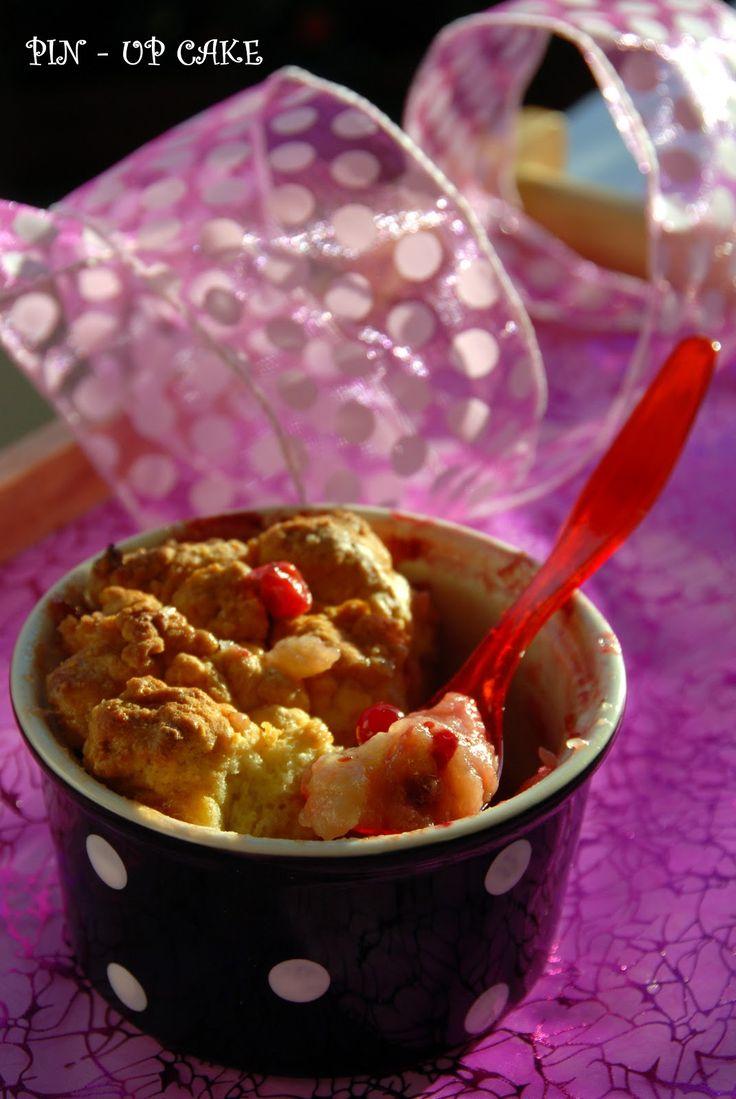 Cobbler to deser bardzo podobny do crumble. Różnica polega na tym, że owoce zapiekamy pod warstwą zwartego ciasta, a nie kruszonk...