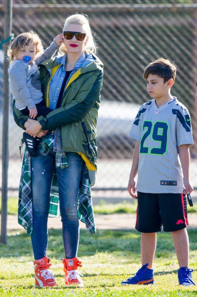 Gwen Stefani, con su hijo Apollo en brazos y Kingston al lado, en el partido de fútbol del equipo de Zuma