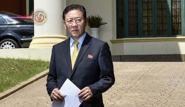 Embaixador da Coréia do Norte deixa a Malásia. O embaixador da Coreia do Norte deixou a Malásia em decorrência de sua expulsão do país pela conexão com o as