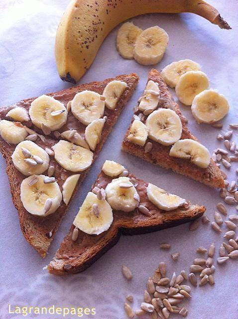 Tartine santé : Pain de mie multi céréales nappé de purée d' amande recouverte de tranches de banane saupoudrées de graines de tournesol <3  - Lagrandepages