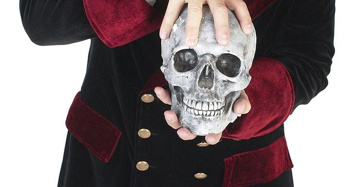 Cómo hacer un cráneo de cartón. El cráneo ha estado de moda en el arte como representación de la muerte y la maldad desde los comienzos de la Edad Media. En tiempos más modernos los cráneos como decoración comenzaron a estar en el arte llamado fuera de la ley, como en las chaquetas de los miembros de un club de motocicletas, en 1950 y 1960. En 1970 las bandas de heavy metal y ...
