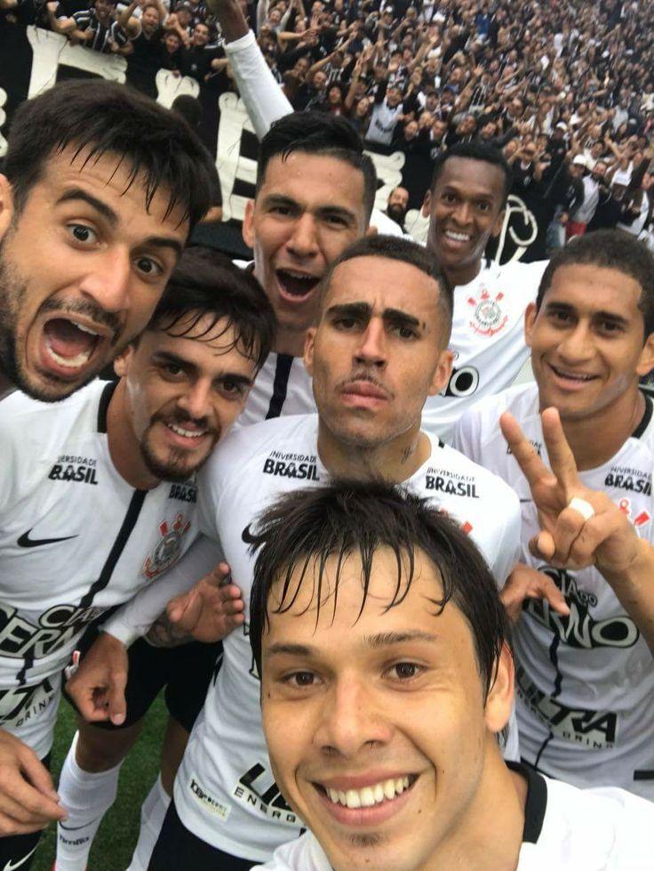 Sport Club Corinthians Paulista - Após marcar gol no clássico, Romero inovou em sua comemoração ao fazer uma selfie com os companheiros durante a mesma.