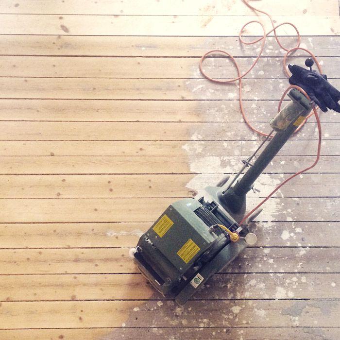 De originele houten vloer opknappen! Gebruik een bandschuurmachine en een vlakschuurmachine