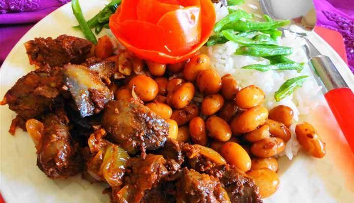 Surinaams eten – Kousenband Alesie Kippenlever (kousenband met rijst en luxe kippenlever)