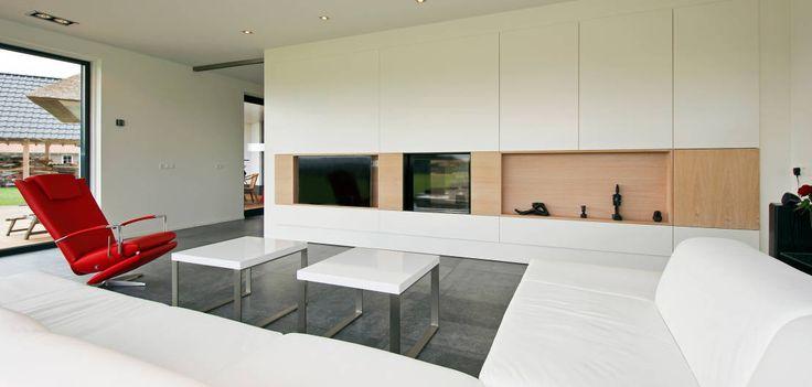 Kastenwand als afscheiding tussen keuken en woonkamer : Modern living room by Building Design Architectuur