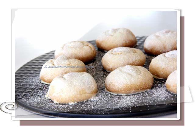 Mexican Wedding Cookies, ovvero i biscotti che si sciolgono in bocca.------------------140 g di mandorle spellate 270 g di farina la punta di un cucchiaino di sale mezzo cucchiaino scarso di cannella 226 g di burro 120 g di zucchero a velo un cucchiaino di estratto di vaniglia mezzo cucchiaino di estratto di mandorla  per la copertura  un albume circa 150g di zucchero a velo 40 mandorle spellate ma non tostate, intere