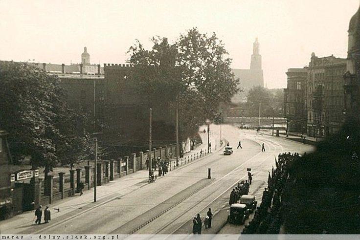 Widok ul. Drobnera w kierunku mostu Uniwersyteckiego, na prawo wlot ul. Dubois. Zdjęcie zrobione najprawdopodobniej z tego samego okna co Lata 1940-1942
