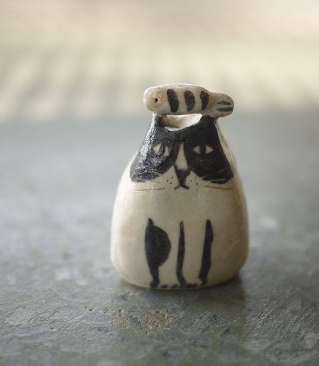 cat by 薛慧瑩. Not jewellery but can you imagine this little fella with his fish dangling from his paws? Cute!!!