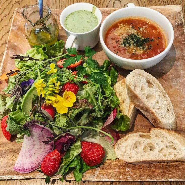 Today's Salad Plate with spirulina dressing, green chia seed smoothie, bread and vegan soup.    @bojun_tomigaya  #vegan #plantbased #organic #veganfoodshare #crueltyfree #veganfood #veganfoods  #whatveganseat #vegansofig #veganfoodporn #veganfoodlovers #dairyfee #sugarfree #eggfree #ヴィーガン #ビーガン   #玄米菜食 #brownrice   #tokyo #JAPAN  #BojunTomigaya #ボジュン富ヶ谷  5月からスタートするブランチメニューをいただけました。  日替わりのスムージー、とても美味しかったし、美味しいお野菜でした。
