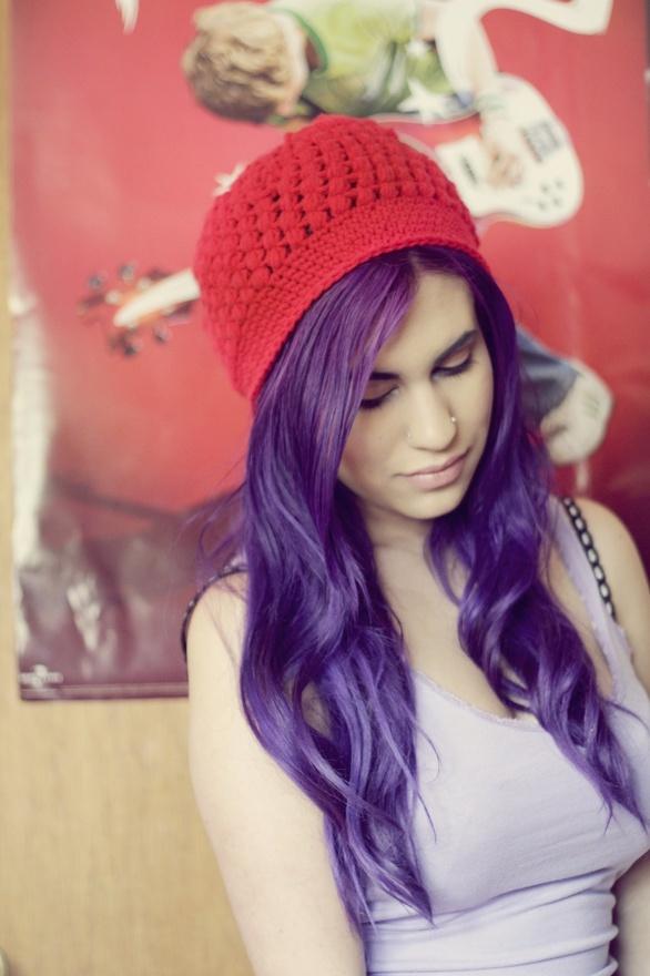 lila violette haare rote mütze