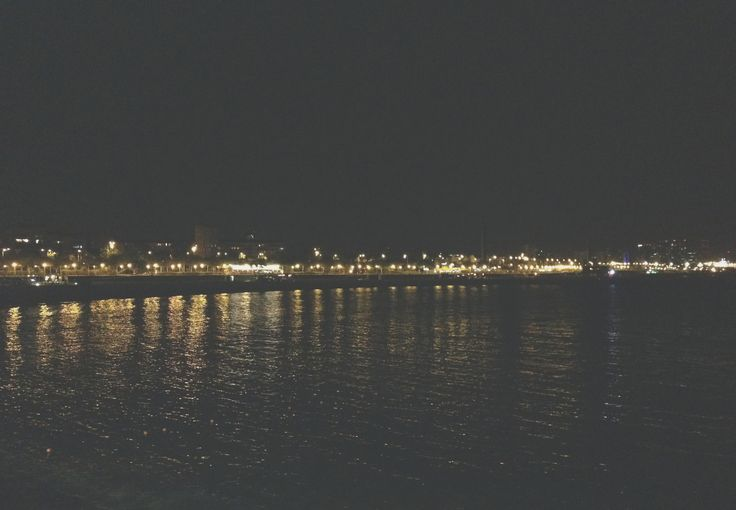 Vista nocturna de la Playa de la Nova Icaria. Barcelona