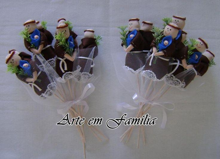 Buquê de noiva em feltro com enchimento, rendas e fitas de cetim.  7 santinhos.  Disponível em dois modelos: com os santinhos colados um no outro, ou com os santinhos em varinhas, para que se espalhem. Você escolhe!