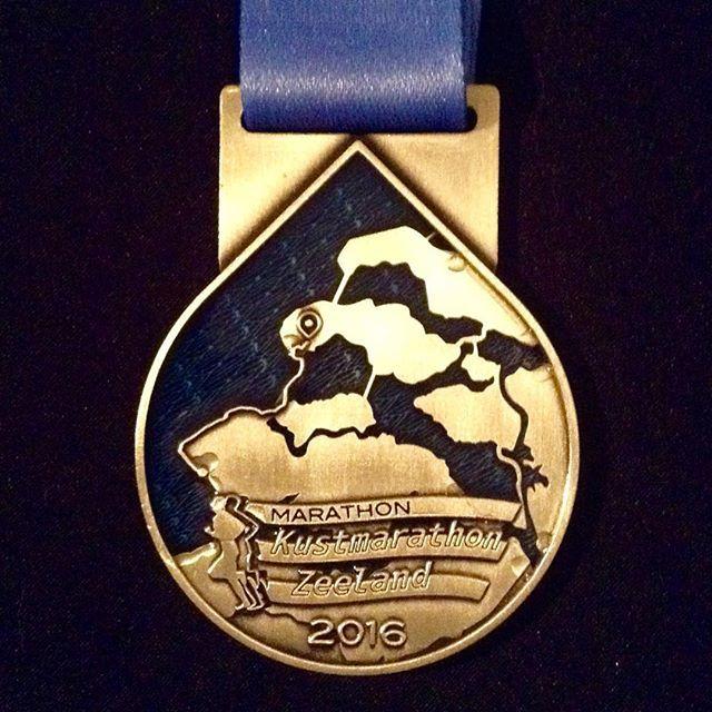 Instagram media by petrakerkhove - Zit je erover te denken om de #kustmarathon volgend jaar de lopen? Misschien heb ik wat tips voor je! Klikbare link in bio⬆️ #PeetsReview #PR #kustmarathonzeeland #lopeninzeeland @lovezeeland #hardlopen #recensie #looplevenvanPeet @instamedals #medaille
