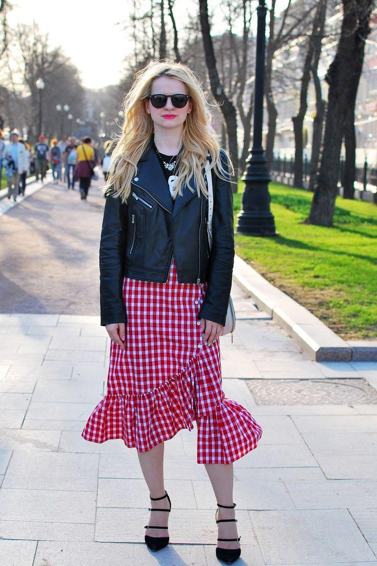 fashion blogger inspiration. Outfit idea. Plaid skirt