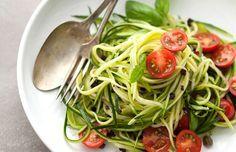 Салат из цуккини с помидорами http://www.anymenu.ru/salat-iz-cukkini-s-pomidorami/  Салат из цуккини с помидорами — вкусный легкий салат, идеальный вариант для летнего меню. Этот салат заправляется маслом, в нем изобилуют свежие овощи. Поэтому двойная польза налицо – вы и организм насытите нужными витаминами, и фигуре не навредите! Нам потребуется: два помидора или помидоры черри – 8 шт.; по одному цуккини, огурцу, луковичке; по половине