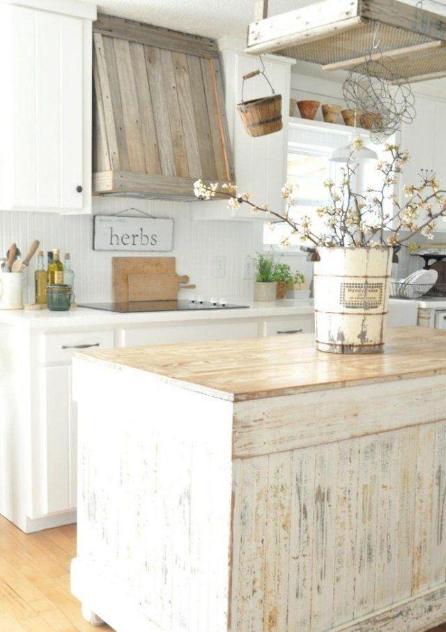 îlot de cuisine vintage blanc avec peinture écaillée