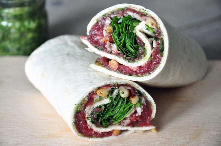 Wie houdt er nou niet van carpaccio? In je eigen keuken kun je er lekkere gerechten mee bereiden. Tegenwoordig zijn er veel varianten met ingrediënten zoals zalm, tonijn of kalfsoester.  In dit recept gebruik ik de traditionele, dungesneden rauwe runderlende, maar varieer ik op het gerecht. Geen carpaccio over het gehele bord, maar opgerold in een heerlijke tortilla. http://www.gezondhappy.nl/gezonde-recepten/lunch-recepten/wraps-1/carpaccio-wrap