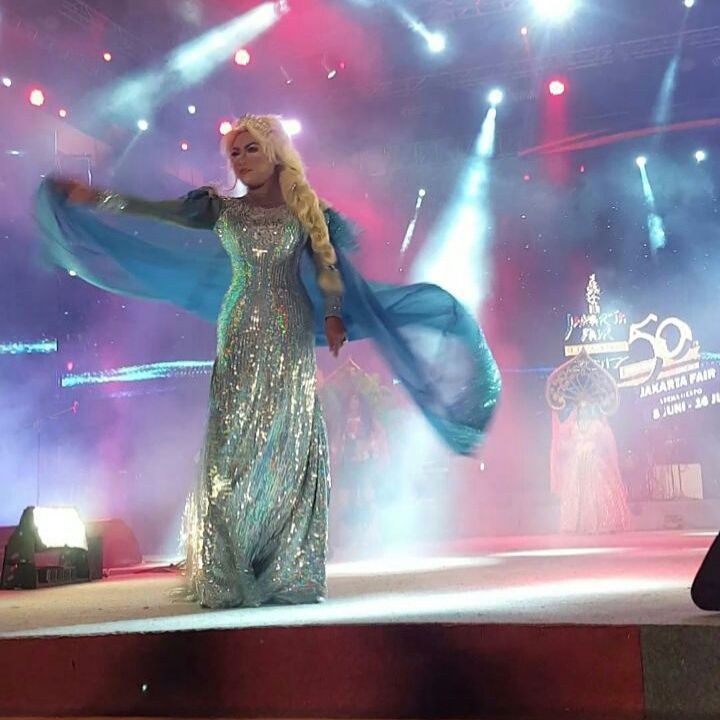Elsa Frozen Parade Jakarta Fair 2017... @bobytinceandthegoldenboys #elsa #frozen #elsafrozen #carnival #carnaval #prj #prj2017 #jakartafair #jakartafair2017 #icon #disney #princess #disneyprincess #cabaret #kabaret #goldenboys #goldenboyscabaret #bobytinceandgoldenboys #jakarta #indonesia http://misstagram.com/ipost/1548443185717922161/?code=BV9LN-Xl0lx