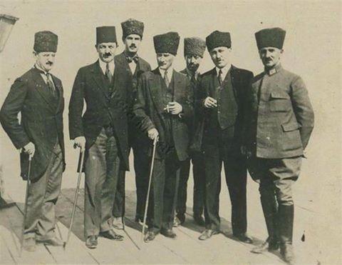 Gazi Mustafa Kemal Atatürk İzmir/Göztepe İskelesinde (İzmir - 28 Eylül 1922) Sayın Sevil Savtekin'in Katkılarıyla. ENG.  Mustafa Kemal Pasha at Göztepe Dock in Îzmir... a rare photo... 28 Sept. 1922
