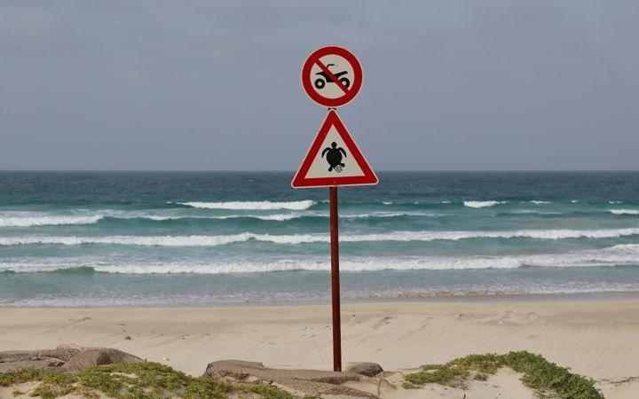 Cartelli presso la spiaggia di Cabo Verde