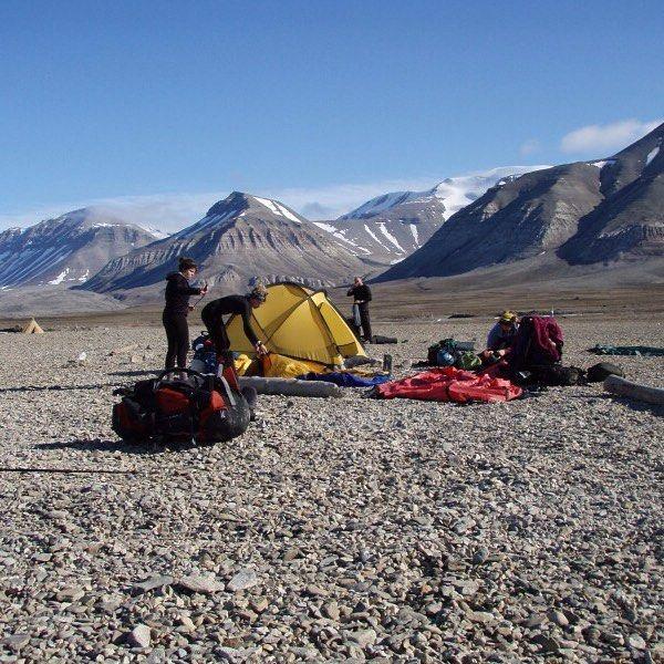 いいね!25件、コメント2件 ― TERRA NOVA EQUIPMENT LTDさん(@terranovaequipment)のInstagramアカウント: 「Pitching Terra Nova tents on Svalbard. Photo provided Steve Bull. #terranovaequipment」