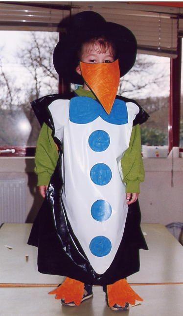pinguï disfraz de pingüino con bolsa de plástico color negro y color blanco   http://www.multipapel.com/producto-Bolsas-de-basura-de-colores-para-disfraces.htm
