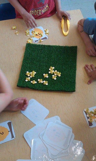 Dénombrement - chiffres - motricité fine  Poser une carte avec des animaux dessinés ou un chiffre, et l'enfant doit prendre le bon nombre d'animaux avec une pince.