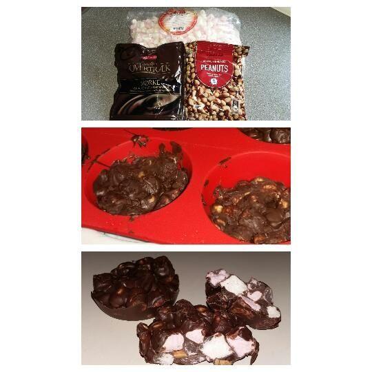 Ingredienser : 225 g mørk chokolade 75 g skumfiduser mini 100 g peanuts (jeg brugte saltede) Fremgangsmåde: Bland skumfiduser og peanuts i en skål Smelt chokoladen i en gryde ved svag varme, eller i mikroovn Vend skumfidus blandingen i chokoladen og rør godt rundt. Hæld en spiseskefu...
