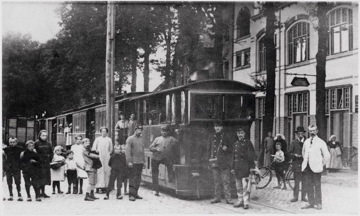 De stoomtram van de lijn Tilburg-Goirle-Hilvarenbeek-Esbeek-grens op de Tilburgseweg ter hoogte van café De Nijverheid van de familie Evers-Oosterlee. Op 23 september 1907 werd deze lijn in gebruik genomen. Door de Goirlenaren werd vooral in de maand september druk gebruik gemaakt van deze tram om op bedevaart te gaan naar St. Cornelius in Esbeek. De tramlijn bleef bestaan tot 15 september 1934.