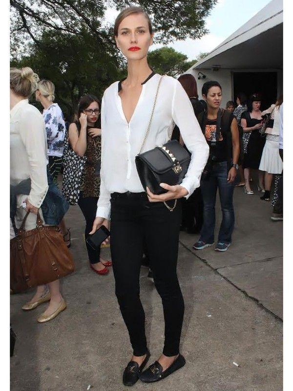 Renata Kuerten  A top apostou na combinação do preto e branco com calça skinny e blusa soltinha. Para contrastar, um bocão vermelho.