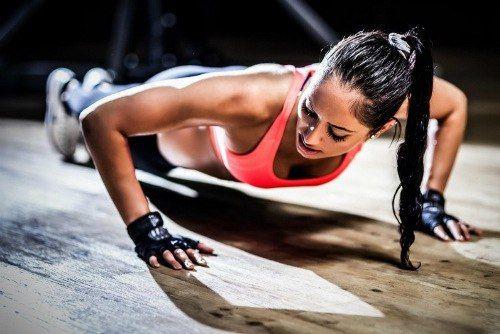 ЭФФЕКТИВНЫЕ УПРАЖНЕНИЯ ДЛЯ ПОДТЯНУТОЙ ГРУДИ     Грудь можно сделать более привлекательной при помощи несложных упражнений для мышц груди.    Девушки порой черезчур стараются сделать привлекательным живот, ноги и попу, а вот про грудь и руки забывают.    Важно!    Выполняя упражнения для мышц груди, следите за осанкой. Поднимите голову, распрямите плечи, тогда грудь сразу подтянется вверх, а с ней вместе поднимется настроение и повысится самооценка.    Каждое упражнение повторите 8 раз…