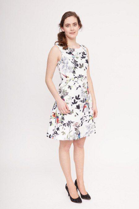 Dit witte mouwloze jurkje met natuurprint heeft een hoge taille, vanwaaruit de klokkende rok begint. Hierdoor wordt je taille geaccentueerd en eventueel bredere heupen worden onzichtbaar.