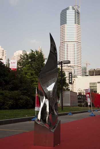 """Nel 2011 l'opera """"Visiones"""" viene selezionata per essere esibita all'entrata principale della Fiera Art Shanghai 2011"""