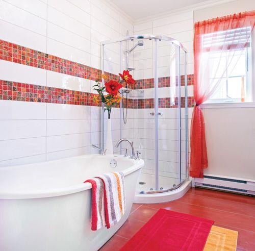 Devant l'allure vieillotte de l'ancienne salle de bain, la propriétaire n'aeu d'autre choix que de se lancer dans des rénovations qu'elle prévoyaitcoûteuses. L'effort en valait la peine! La pièce punchée de céramique rougeorangé offre aujourd'hui la polyvalence d'une douche et d'un bain. Quant aumobilier en chêne naturel avec comptoir en granit, il pallie tous les besoins.