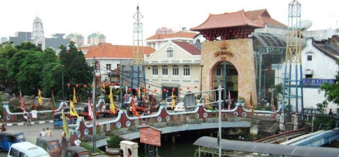 Pasar Baru yang didirikan sekitar tahun 1820 dikenal sebagai pusat perdagangan VOC. Namanya diwariskan sejak zaman VOC, dengan ejaan Passer Baroe atau De Niewuw Markt dalam bahasa Belanda.