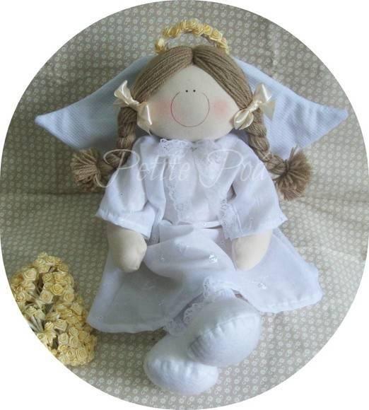 Anja ''JOLIE''.  (menor: Jolie Baby/ 25cm: 52,00) Com 45cm de altura, vestida de ''madrinhão'' branco em lasie, pique ou algodão.  Asas estampadinhas, ou como na foto em pique branco.. Muitas rendas e fitas.  Guirlanda de mini rosas Para ficar bem vestidinhos: sapatinhos Elas podem ser adaptadas para ficarem com as perninhas penduradinhas para fora de: mesas, apoios, prateleiras e nichos, Consulte! R$ 72,00