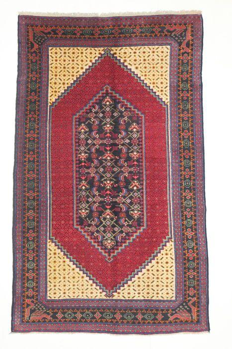 Zeldzame semi-antieke KARABAGH tapijt Zuid-Kaukasus circa 1950  Naam: KARABAGHOorsprong: Zuid-KaukasusAfmetingen: 235 x 140 cmWol op wolHandgeknoopte tapijten uit het uiterste zuiden van de Kaukasus. Ze hebben vaak geometrische motieven maar ook met gestileerde bloemmotieven van Iraanse inspiratie waar Frans aandoende rozen en bloemen zijn gemeenschappelijk. Deze tapijten hebben vaak een dubbele rij knopen tussen de draden van de inslag. Stapel in cochenille rood is gebruikelijk.Verzending…