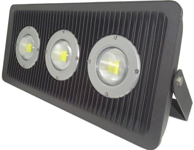 PROIECTOR LED 150W GRILL CU LUPA IP65 redefineste solutiile de iluminat! Are un design placut, special conceput pentru plus luminozitate. Mai exact, lumina fiecaruia dintre cele trei LED-uri de 30W este marita de lupa individuala.