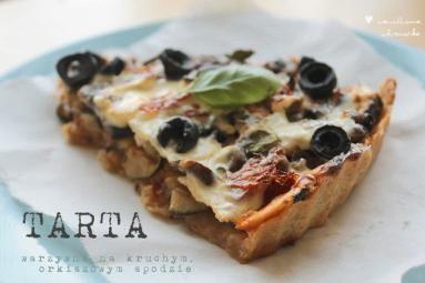 Zdjęcie - Orkiszowa tarta z cukinią, pieczarkami, oliwkami i bazylią - Przepisy kulinarne ze zdjęciami