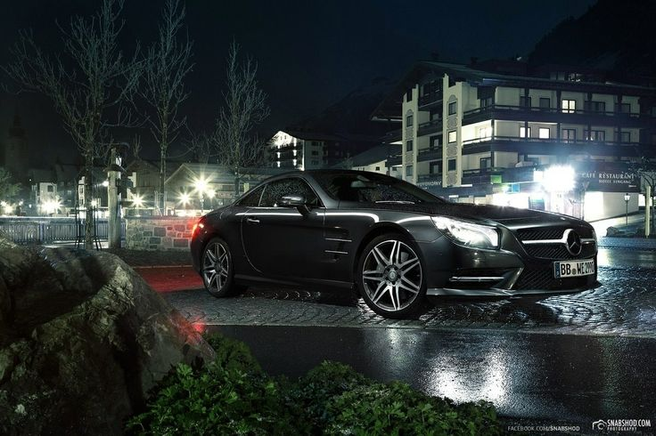 Mercedes-Benz SL 350 at night in Lech. Freezing cold and snowy. But the final result looks great. Thanks to @snabshodphotography for this nice picture. #mercedes #mbshoot #mbfan #love #hotel #lech #alps #alpen #snow #cold #night #sl350 #mercedessl #lights #love
