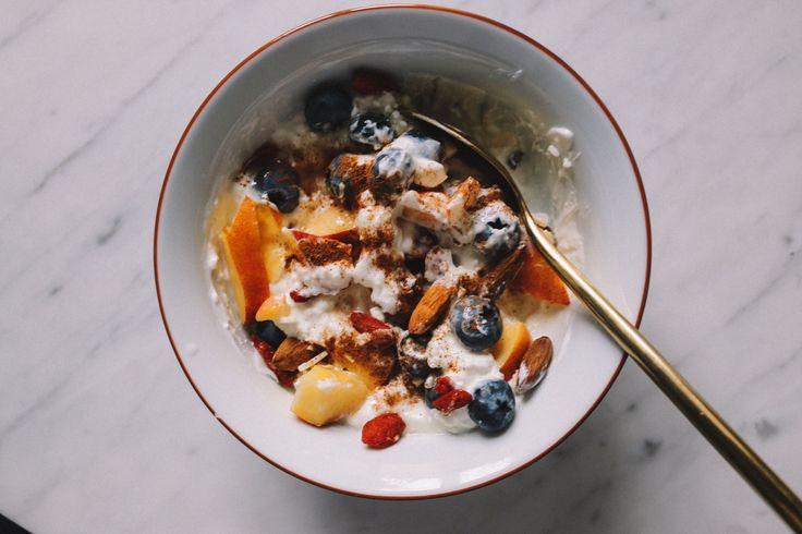 Hälften kvarg, hälften keso. Det är SÅ gott, alltså verkligen min topp 3 frukost. Blanda runt och toppa med färsk frukt. Idag hade jag blåbär och nektariner, ett par sötmandlar, gojibär och kanel. Den enklaste av frukostar men också en av de godaste!