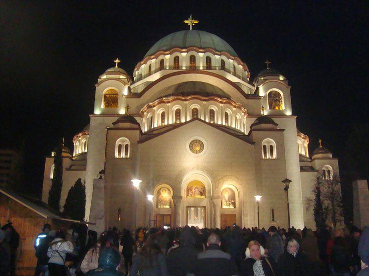 Visitez Belgrade (Виситез Белград) La foule attend les 12 coups de minuit pour célébrer Noël devant le Temple Saint Sava