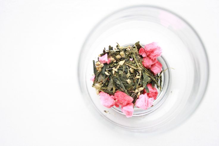 Summer is here! We blended: green tea, nettle, birch leaves, common yarrow and strawberries. YAM!